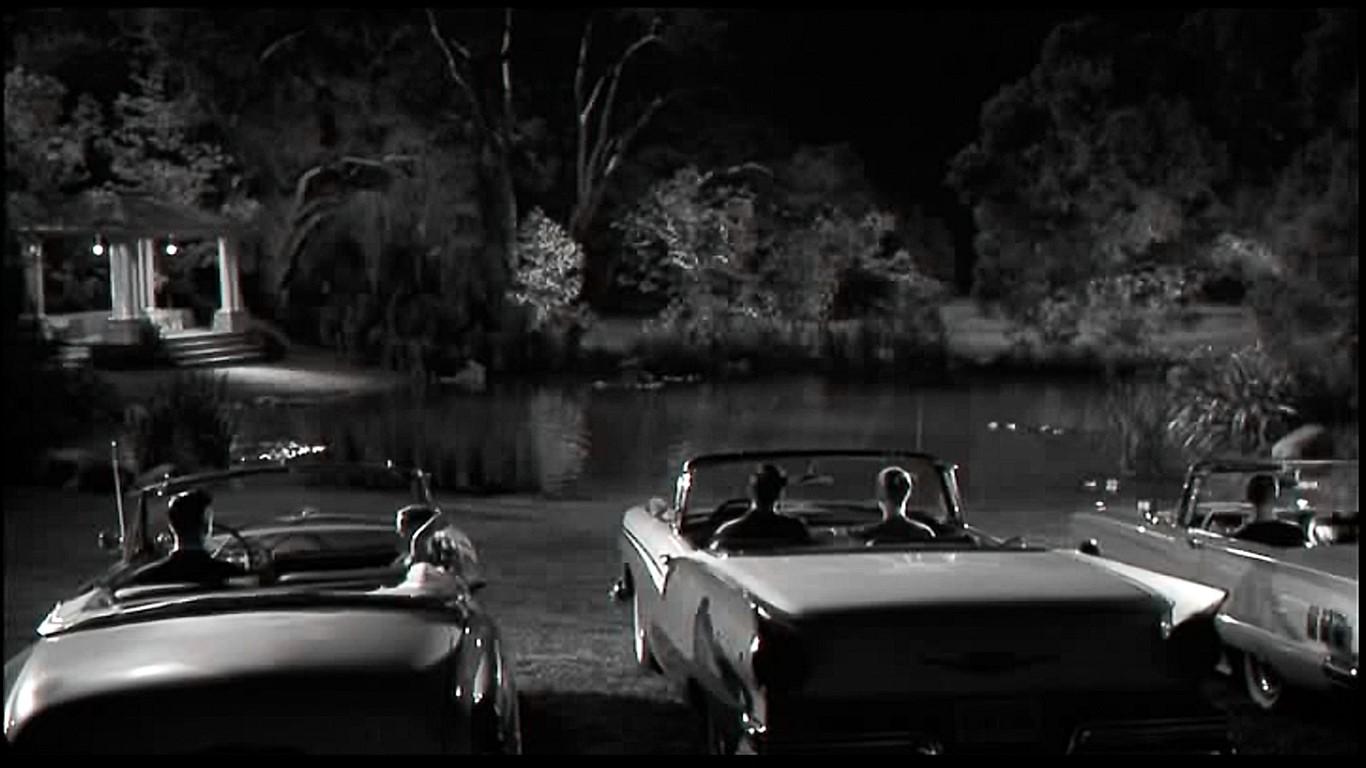 恋人の水辺(恋人池)でデートをする若者たち。左の車にスキップとジェニファーが乗っている