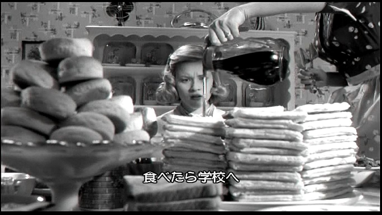 物凄い量の朝食を目の当たりにして理解に苦しんだ表情のジェニファー
