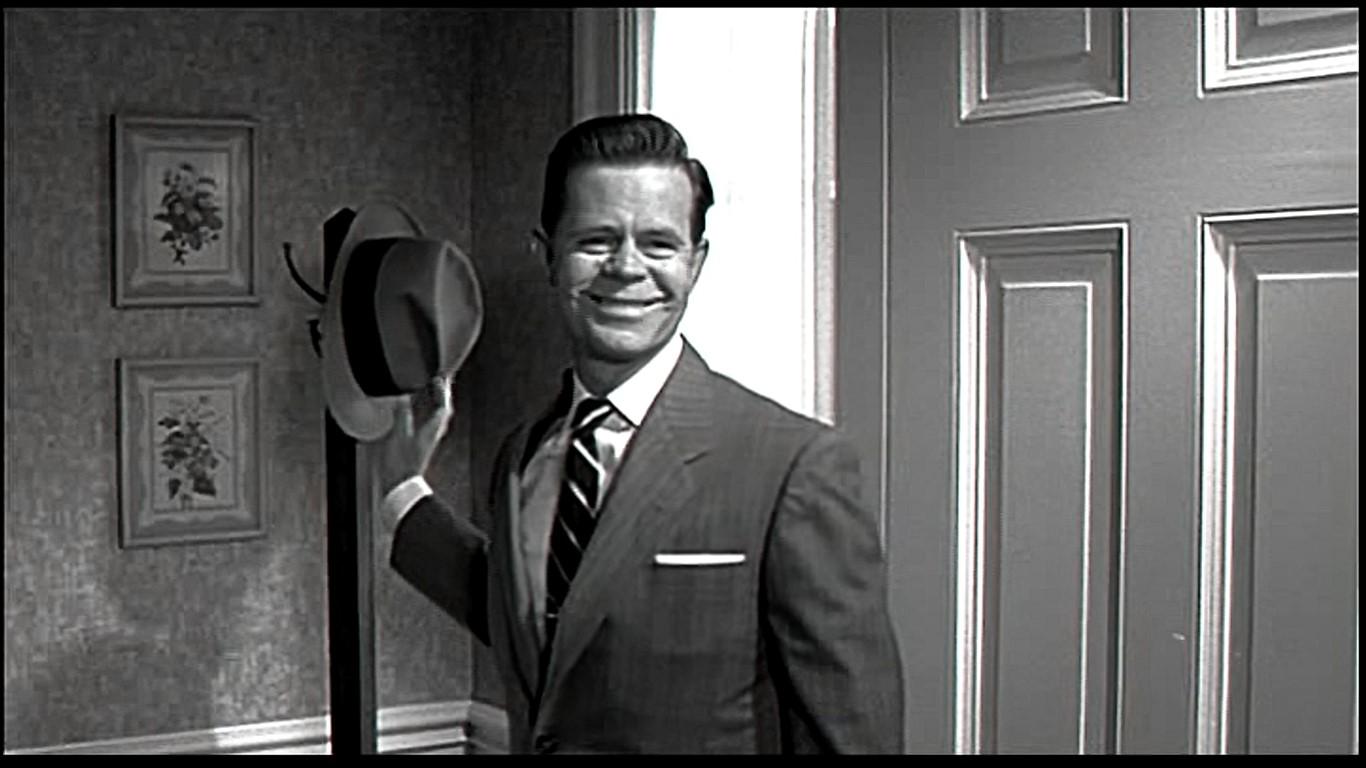 【秩序が守られていた頃のプレザントヴィル】仕事から帰宅したジョージを出迎えてくれるのは、笑顔の家族と温かい夕食。1950年代の理想の古き良きアメリカの核家族