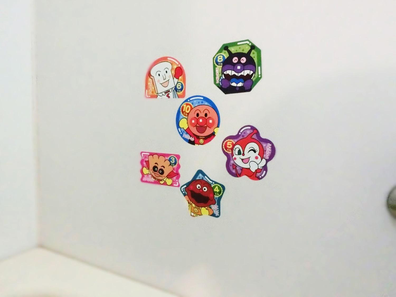 浴室の壁に的あてシールを貼りました