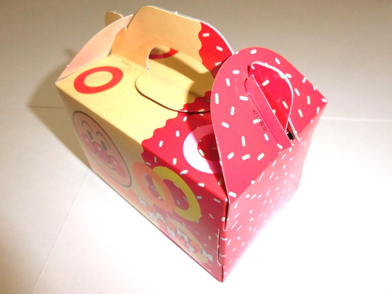 ドーナツ入れの箱完成。用意されたドーナツが5個入る大きさ