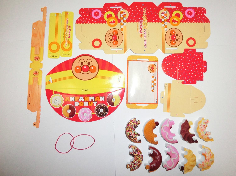 付録の内容品:ドーナツやさん本体とドーナツと輪ゴム。ドーナツやさん本体の内訳は、ドーナツ入れの箱、サンバイザー、トング、トレイ