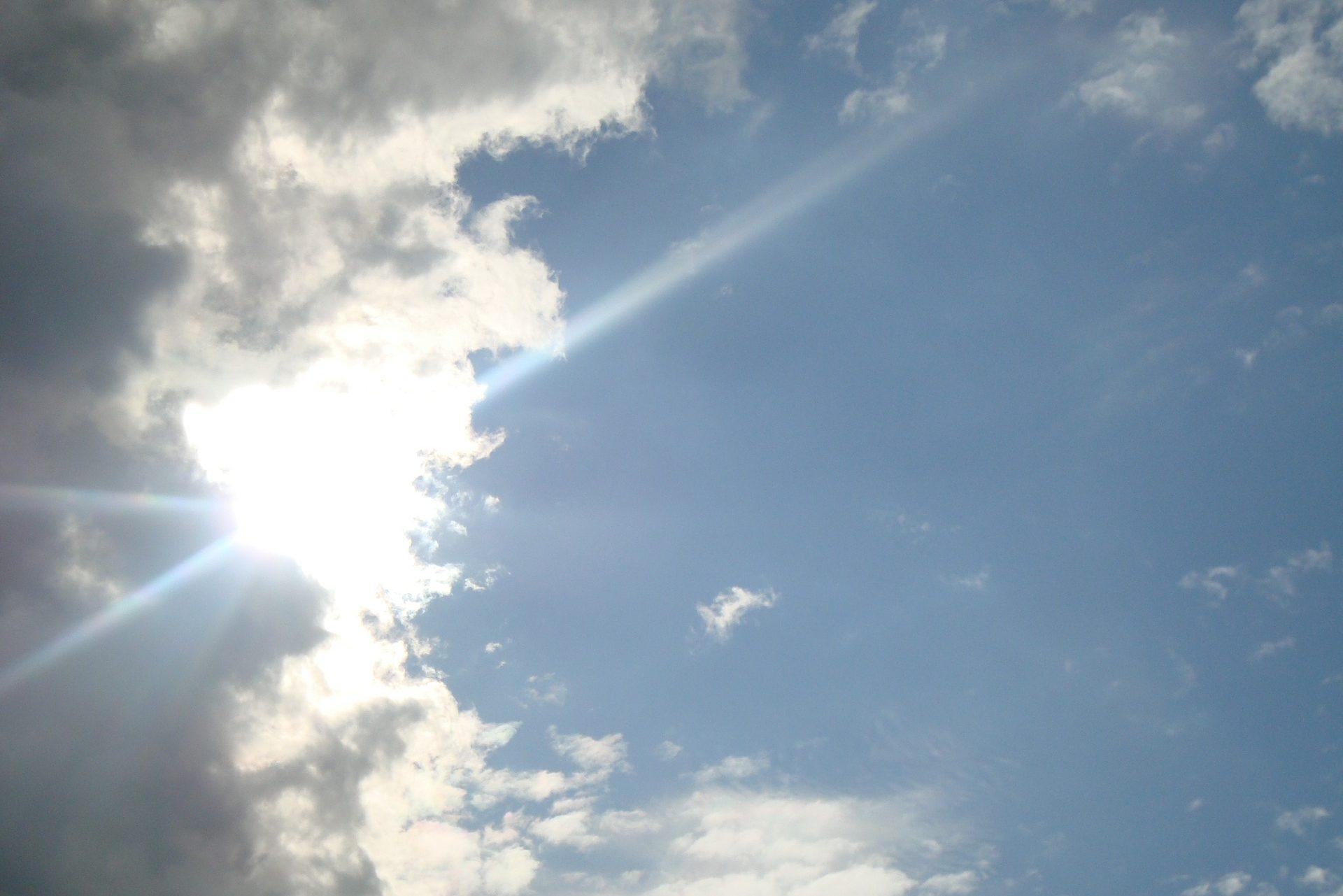 雲の隙間から顔を出した太陽
